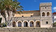 Il Palazzo Vinciprova a Pioppi e la spiaggia antistante l'edificio storico
