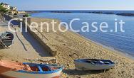 Gozzi di piscatori in riva al mare