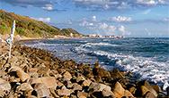 La spiaggia in ciottoli in località Mezzatorre e Acciaroli sullo sfondo