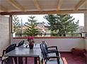 Il terrazzo attrezzato con tavolo e sedie