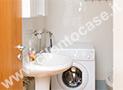 Il bagno con lavatrice e box doccia