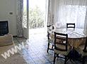 Il salone con divano e terrazzo vista mare