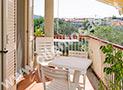 Il terrazzino coperto con tavolo e sedie