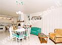 L'ampio soggiorno con angolo cucina