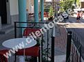 I tavoli posti all'esterno della pasticceria