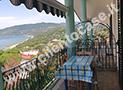 Il terrazzo attrezzato con tenda, tavolo e sedie da cui si gode il mare di Palinuro