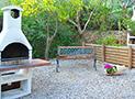 Due Barbecue e scorcio di parte del giardino del Residence Blue Marlin