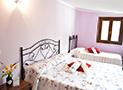 Una comoda camera matrimoniale con letto aggiunto