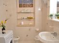 Uno dei bagni dotato di box doccia