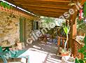 Il terrazzo coperto attrezzato con tavolo, sedie e dondolo