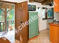 L'ingresso con sala da pranzo, cucina e il bagno con doccia nell'angolo