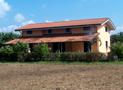 Esterno della villa distribuita su 2 livelli e con ampio spazio porticato