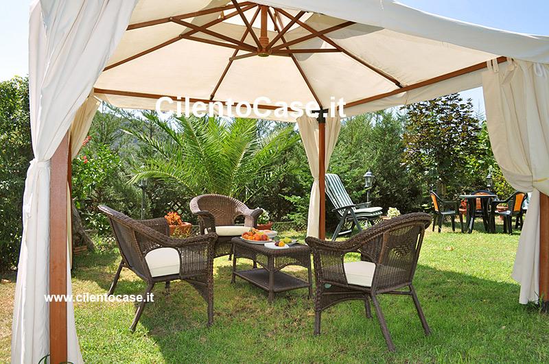 Affordable il giardino arredato ad uso comune with foto di for Giardini arredati