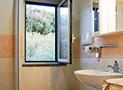 Il bagno con box doccia dell'appartamento Belvedere