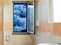 Il bagno con box doccia dell'appartamento Aurora