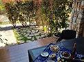 La veranda attrezzata per mangiare all'aperto