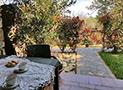 Lo spazio antistante l'appartamento con tavolo e sedie