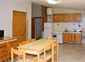 La sala da pranzo con cucina e tv