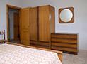 La camera da letto arredata
