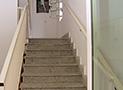 Le scale che conducono agli appartamenti al secondo piano