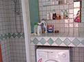 Il bagno con box doccia e lavatrice