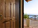 La porta di ingresso della camera al piano terra con vista mare