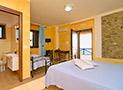La camera con letto matrimoniale e lettino in ferro battuto
