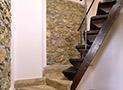La scala che conduce alla camera matrimoniale mansardata