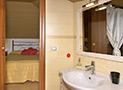 Il bagno con box doccia e phon