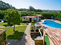 L'area verde, le piscine, il bar e i barbecue del Residence Le Acacie