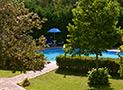 La piscina tra il verde del giardino