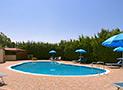 La piscina con ombrelloni e sdraio