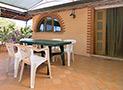 Il terrazzo attrezzato con mobili da giardino dell'appartamento Le Acacie Comfort