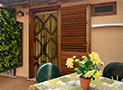 Il terrazzo attrezzato con mobili da giardino dell'appartamento Le Acacie Relax