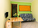La cucina con tv, e divano letto dell'appartamento Le Acacie Relax