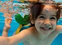 Bambina nuota nel mare di Marina di Camerota bandiera blu