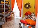 Il divano nella sala da pranzo dell'appartamento di 70 mq
