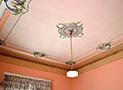 Le decorazioni del soffitto della camera matrimoniale