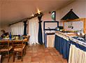 La sala da pranzo e la cucina dell'appartamento al primo piano