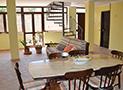 Il salone con tavolo da pranzo e divano
