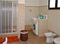 Il bagno con box doccia e lavatrice al piano terra