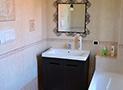 Il bagno con vasca al piano superiore della villa