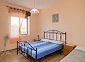 La camera con letto matrimoniale e letto singolo dell'appartamento Riviera di Ponente
