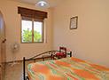 La camera con letto matrimoniale dell'appartamento Riviera di Ponente