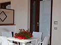 Il portico arredato dell'appartamento Bora