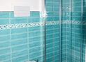 Il bagno con box doccia dell'appartamento Bora