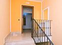 Le scale e la porta d'ingresso della mansarda