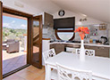 La cucina attrezzata e il balcone che da accesso al terrazzo attrezzato vista mare