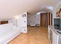 Il soggiorno con in fondo le camere da letto e il bagno