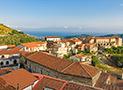Panoramica del borgo di Acquavella con sullo sfondo il mare di Casal Velino